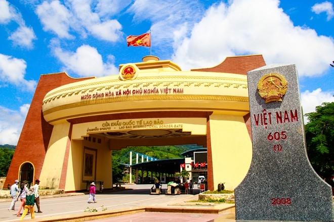 Cửa khẩu Lao Bảo là nơi có thu hút khách Việt Nam đi Lào, Thái lan và ngược lại
