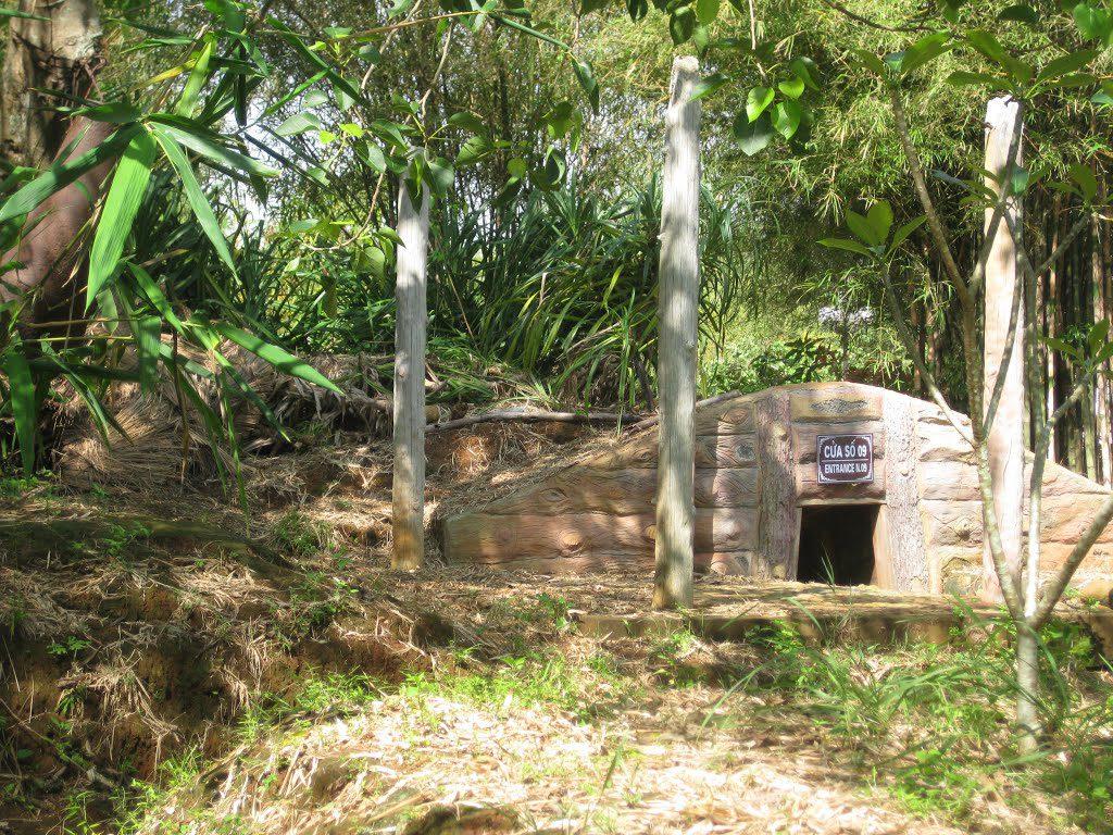 Cổng xuống hầm địa đạo Vịnh Mốc