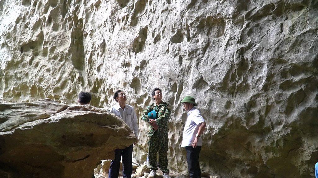 Khảo sát tiềm năng khai thác du lịch tại hang Dơi, thuộc xã Cam Thành-Ảnh: Lê Trường