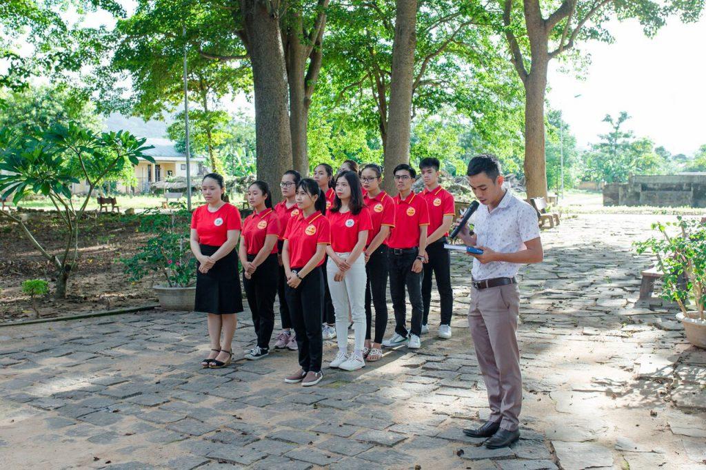 Thăm quan và nghe giới thiệu về nhà tù Lao Bảo